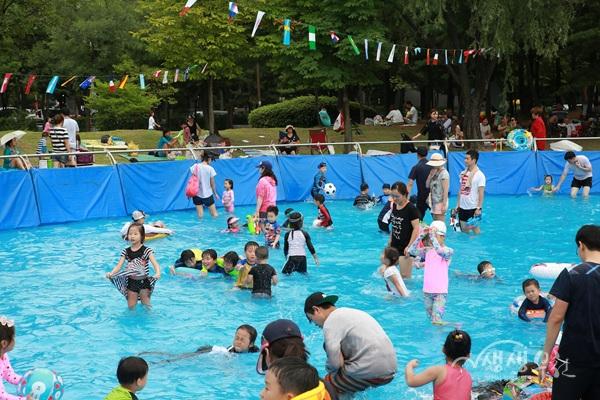 ▲ 지난 23일 개장한 중앙공원 야외 물놀이장에서 어린이들이 물놀이를 즐기고 있다.