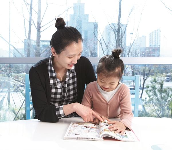 ▲ 아동 열람실에서 엄마와 아이가 만화책을 보고 있다.