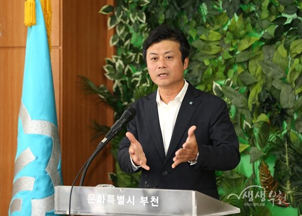 ▲ 23일 시청 브리핑룸에서 김만수 부천시장이 '아기환영정책'을 발표하고 있다.