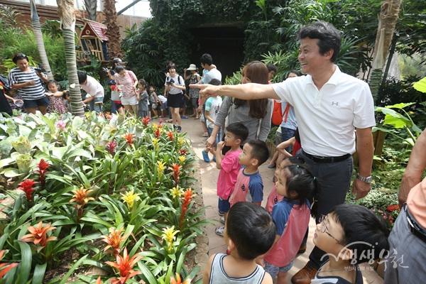 ▲ 김만수 부천시장과 아이들이 '나비정원'에서 나비를 보고 있다.