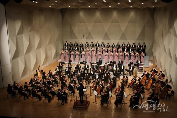▲ 부천필하모닉오케스트라와 시립합창단이 공연을 하고 있다.