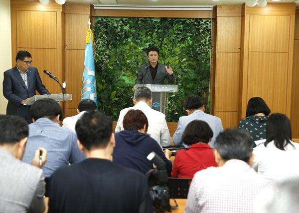 ▲ 9월 26일 시청 브리핑룸에서 김만수 부천시장이 '부천시 청소행정 획기적 개편' 관련 기자회견을 하고 있다.