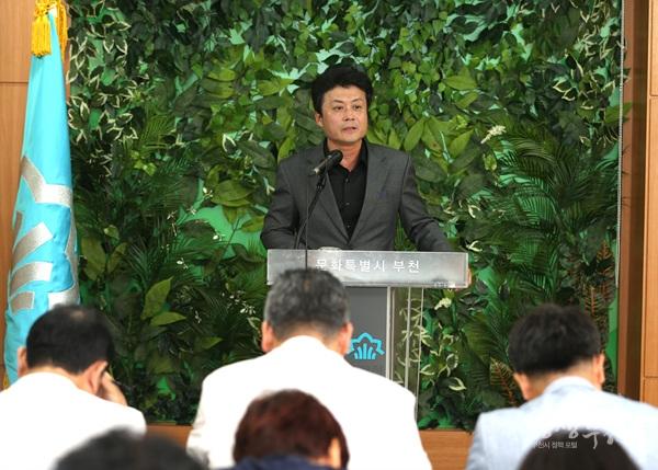 ▲ 김만수 부천시장이 26일 시청 브리핑룸에서 기자회견을 갖고 질의에 답변을 하고 있다.