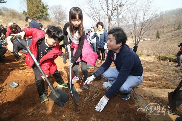 ▲ 3월 23일 내 나무 심기 행사에서 김만수 시장과 아이들이 나무를 심고 있다.