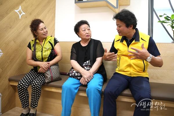 ▲ 김만수 부천시장이 '100세건강실'을 찾은 시민과 이야기를 나누고 있다.