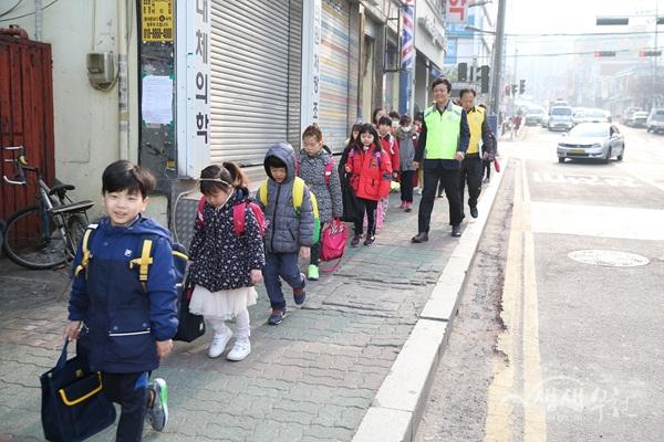 ▲ 부천시는 지난 3월부터 43개 초등학교를 대상으로 워킹스쿨 사업을 운영하고 있다..