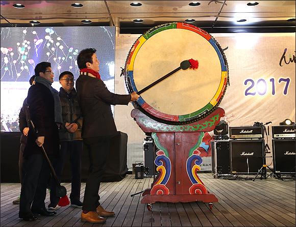 ▲ 대북을 치며 2017년 새해를 맞이하는 김만수 시장