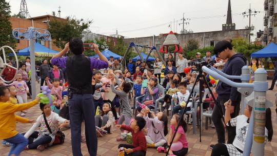 ▲ 지난 가을,가족네트워크가 주관한 마을 축제를 즐기는 주민들