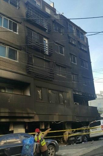 ▲ 화염속에서 검게 그을린 빌라 건물 모습