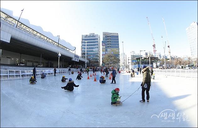 ▲ 송내무지개광장의 얼음썰매장