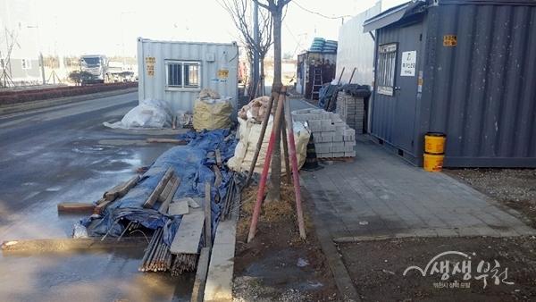 ▲ 무단 도로점용으로 통행불편을 일으키는 공사현장 사례