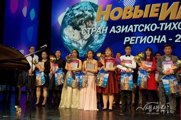 ▲ 하바롭스크 아동청소년 국제예술제 수상자들이기념촬영을 하고 있다.
