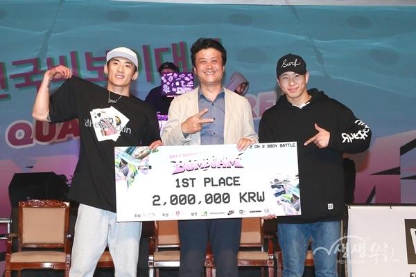 ▲ 김만수 부천시장(가운데)와 제4회전국비보이대회 우승팀 스페이스잼이 기념촬영을 하고 있다.