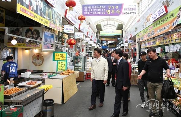 ▲ 협약식 참석자들이 부천 자유시장을 둘러보고 있다.