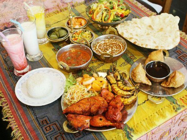 ▲ 고급스럽게 차려진 음식이 다 모였다(탄두리치킨,사모사,난,커리,라씨)