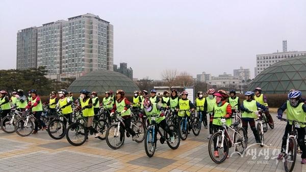 ▲ 시민자전거학교 자전거 수업을 듣고 있는 수강생들