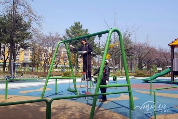 ▲ 어린이놀이터 점검 모습(태양어린이공원)