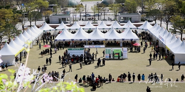 ▲ 12일 부천시청 잔디광장에서 열린  '경제우선! 일자리먼저! 2017 부천채용박람회'