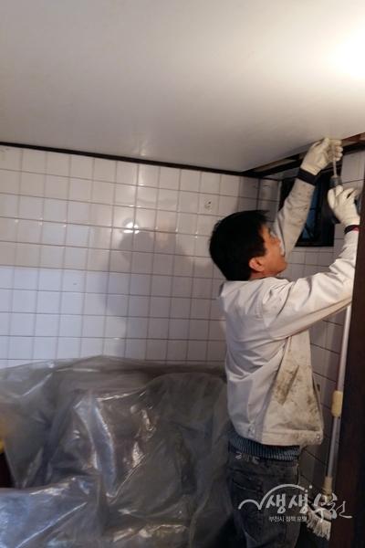 ▲ G-Housing참여업체에서 재능기부로 집수리를 하고 있다.