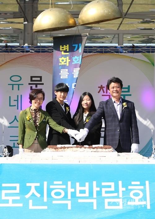 ▲ 김만수 부천시장(맨 오른쪽)과 시민대표들이 도서관 비전 선포 후 기념촬영을 하고 있다.