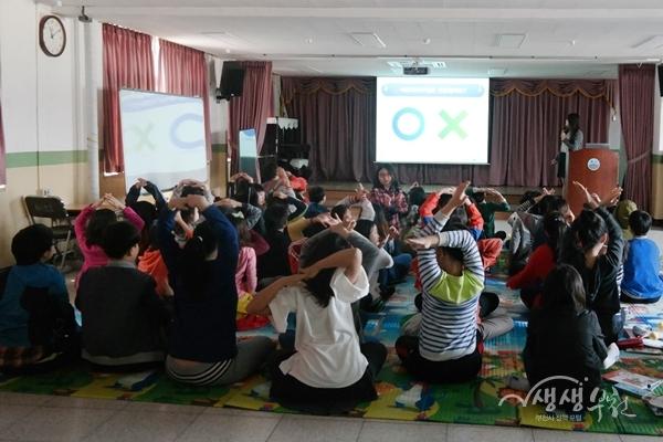 ▲ 어린이들이 '찾아가는 아토피 예방관리 교실' OX퀴즈에 참여하고 있다.
