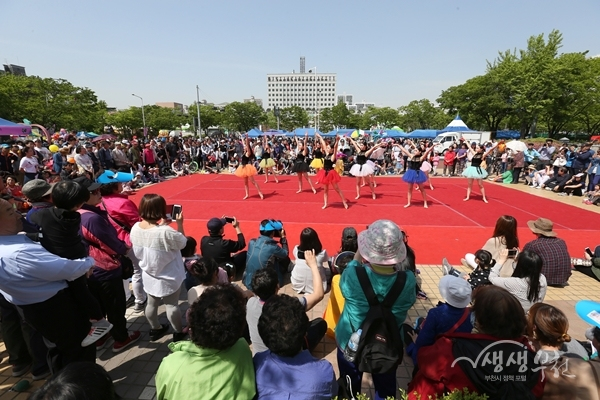 ▲ 차없는거리에서 진행된 공연을 즐기는 시민들(제32회 복사골 예술제)