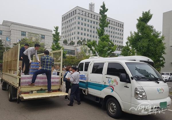 ▲ 부천시 직원들이 자매도시 강릉시에 보낼 긴급 구호 물품을 차에 싣고 있다.