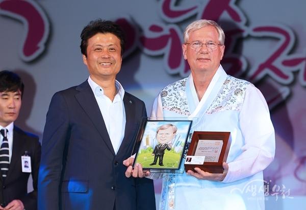 ▲ 김만수 부천시장이 켄위어 의원에게 명예시민증서를 준 후 기념사진을 촬영하고 있다.