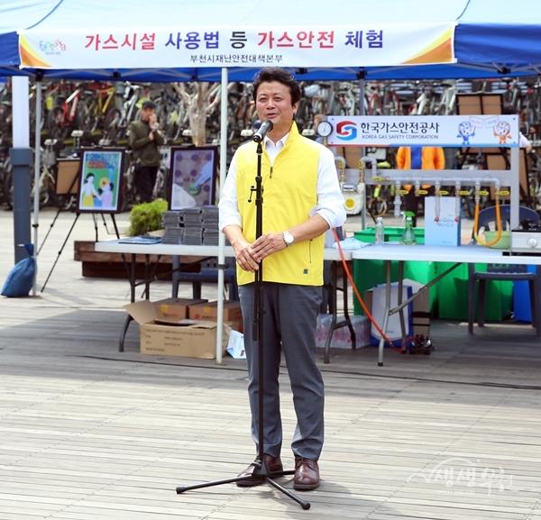▲ 김만수 부천시장이 안전문화운동 캠페인에 참여해 당부의 말을 하고 있다.