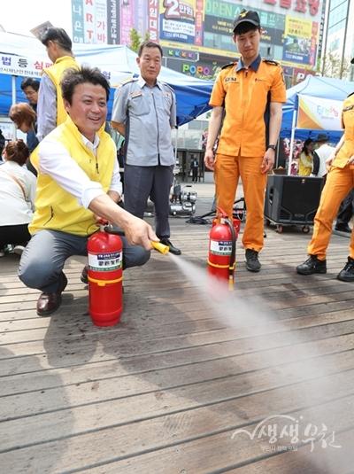 ▲ 김만수 부천시장이 소화기 사용법을 체험하고 있다.