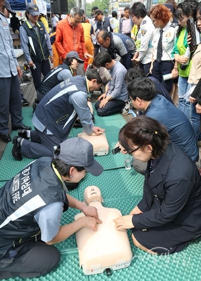 ▲ 캠페인에 참여한 시민들이 심폐소생술 체험을 하고 있다.