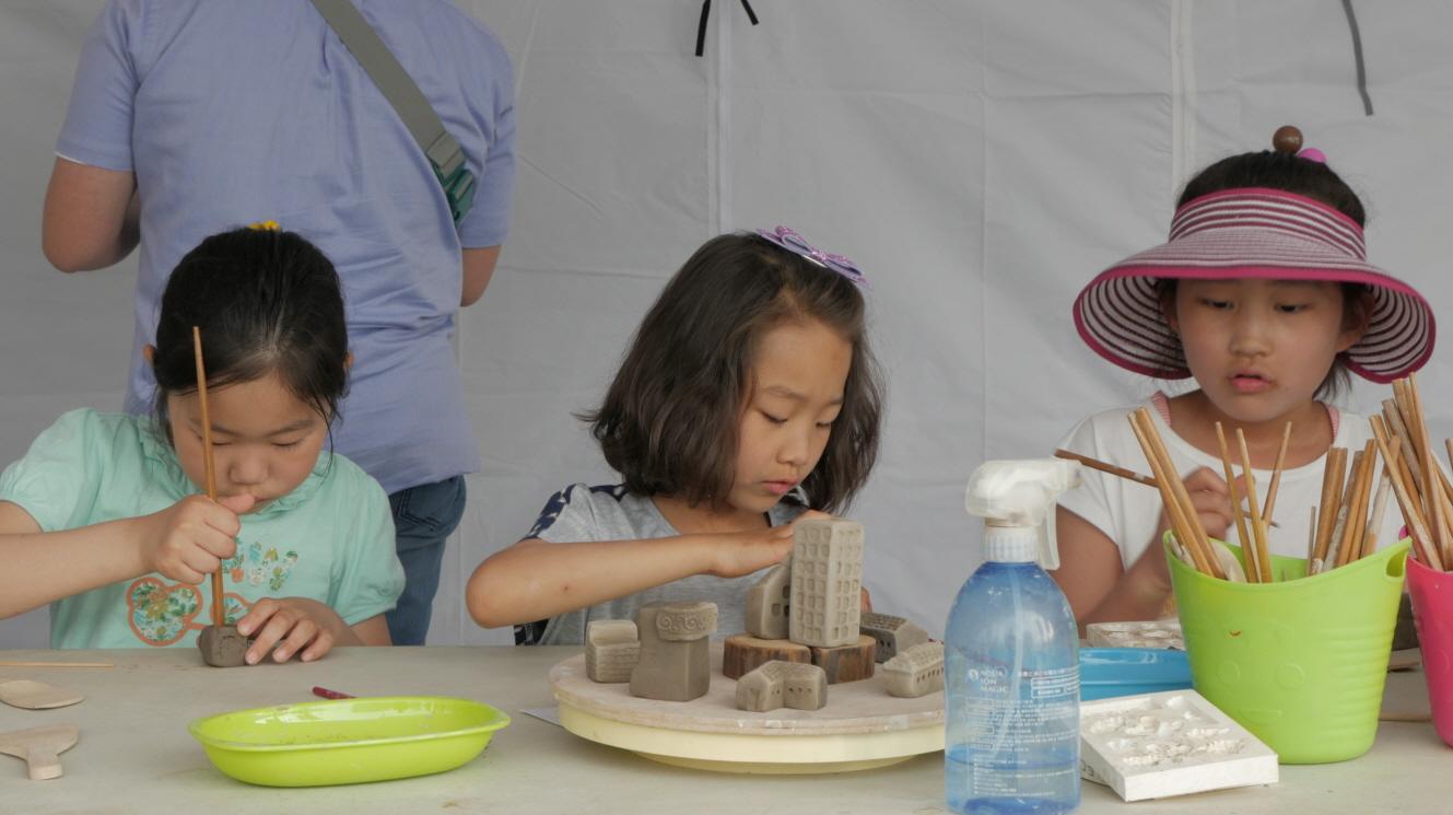 ▲ 지난해 개최한 '2016 문화다양성 주간' 행사에 참여한 어린이들이 도예 체험을 하고 있다.