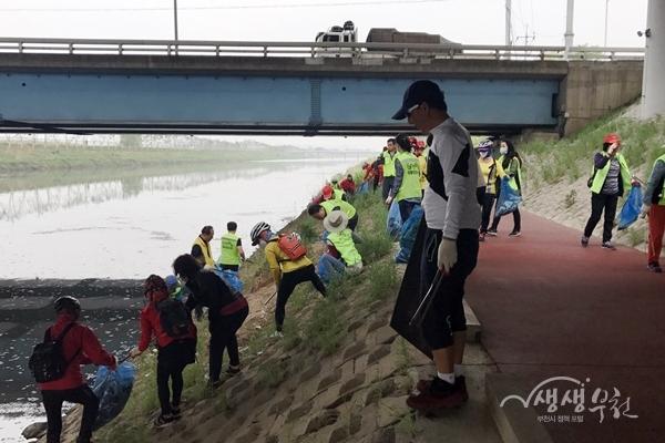 ▲ 자전거 동호인 등 부천시민들이 굴포천 환경정비 활동을 하고 있다.