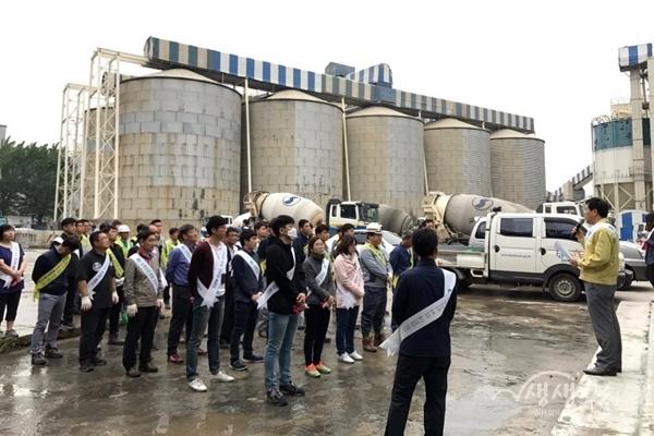 ▲ 부천시가 레미콘공장 등이 밀집해 있는 삼정동 지역 미세먼지 제거작업을 실시했다.
