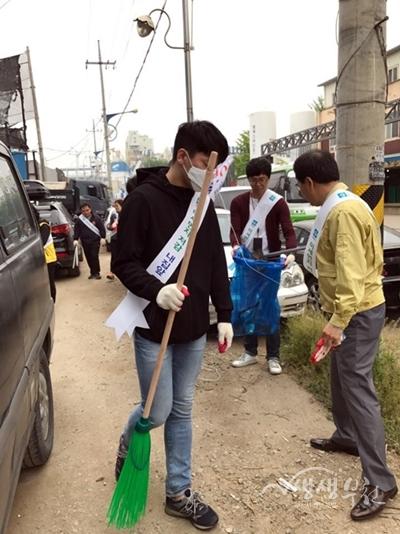 ▲ 레미콘 공장 밀집지역 미세먼지 제거활동에 참여한 시민들
