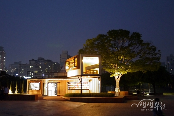 ▲ 중앙공원 카페 쉼표 전경(야경)