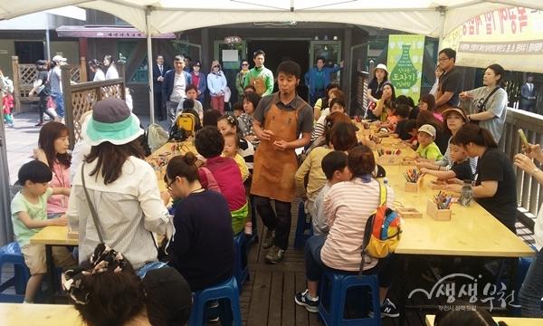 ▲ 행사 참여 가족들이 체험부스에서 즐거운 시간을 보내고 있다.