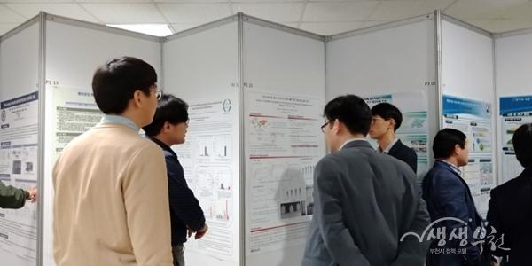 ▲ 한국폐기물자원순환학회 학술연구회 참석자들이 포스터 발표 내용을 보고 있다.