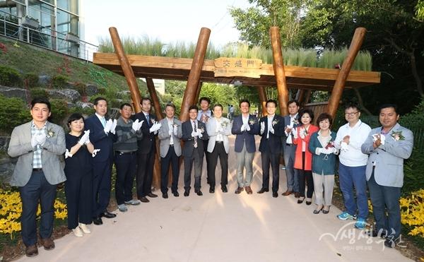 ▲ 준공식 참석자들이 제막식 후 기념촬영을 하고 있다.