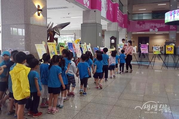 ▲ 어린이들이 부천시청 로비에 전시된 구강보건 공모작품을 보고있다.