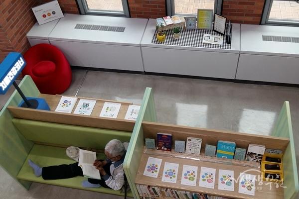 ▲ 어르신이 치매건강코너 '가치함께 도서관'에서 책을 읽고있다.