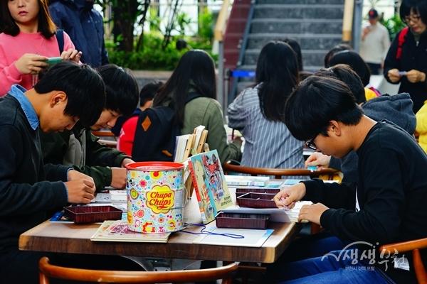 ▲ 도서관 문화한마당에 참여하고 있는 학생들