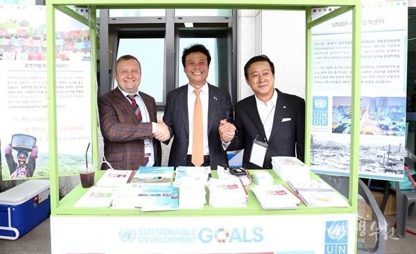 ▲ 김만수 부천시장(가운데),아테미 이즈메스티에브 UNDP 정책관(왼쪽), 지동훈 국제공정무역기구 한국사무소 대표(오른쪽)