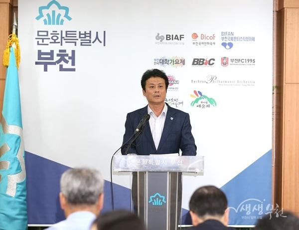 ▲ 21일 김만수 부천시장이 부천시 청사관리 근로자 정규직화에 대한 브리핑을 하고 있다