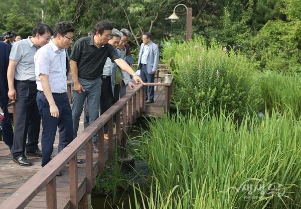 ▲ 준공식 참석자들이 생태공원을 둘러보고 있다.