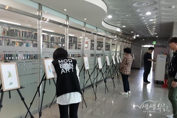 ▲ 원화전시회를 둘러보고 있는 시민들(한울빛도서관)