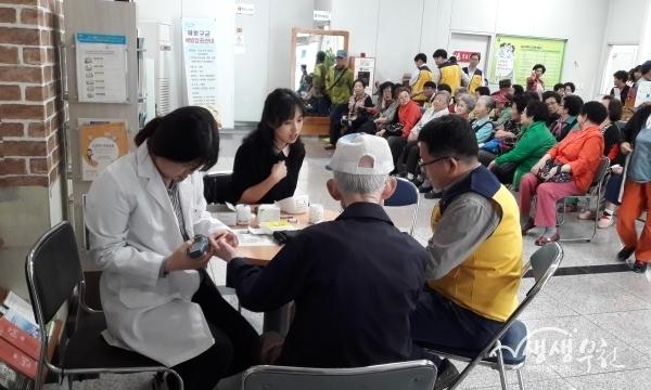 ▲ 부천시가 만 65세가 되는 '뉴 시니어'를 위한 복지서비스 안내문을 발송한다. (사진은 보건소 건강관리서비스를 이용하고 있는 어르신 모습)