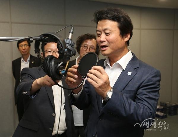 ▲ 김만수 부천시장이 콘텐츠센터 시설을 둘러보고 있다.