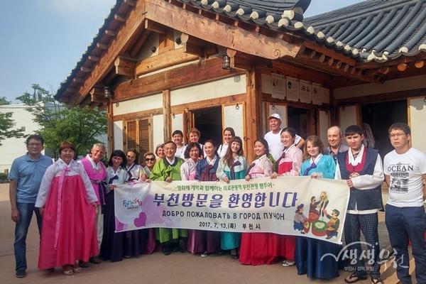 ▲ 외국인 관광객들이 부천한옥마을을 방문해 기념촬영을 하고 있다.