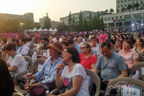 ▲ BiFan 개막식에 참석한 외국인 관광객들 모습